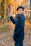 Adolescente feliz en el parque soleado del otoño Foto de archivo