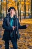 Adolescente feliz en el parque soleado del otoño Imágenes de archivo libres de regalías