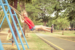 Adolescente feliz en el patio Imagenes de archivo