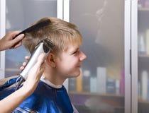 Adolescente feliz en el salón del peluquero Foto de archivo libre de regalías