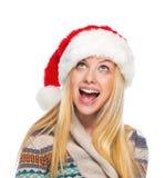 Adolescente feliz en el sombrero de santa que mira en espacio de la copia Foto de archivo