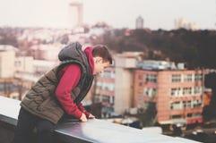 Adolescente feliz en el tejado de la casa Fotos de archivo