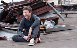 Adolescente feliz en el tejado de la casa Imagenes de archivo