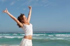 Adolescente feliz en el verano o las vacaciones de primavera holdiay Foto de archivo libre de regalías
