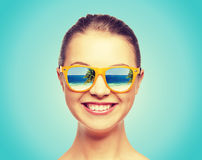 Adolescente feliz en gafas de sol Foto de archivo
