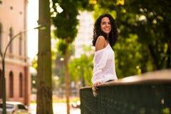 Adolescente feliz en gazebo del parque imagen de archivo