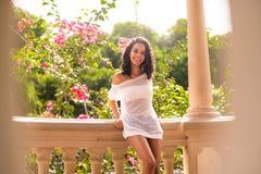 Adolescente feliz en gazebo del parque Fotografía de archivo