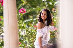 Adolescente feliz en gazebo del parque Foto de archivo