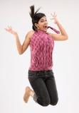 adolescente feliz en la acción de salto Fotografía de archivo