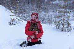 Adolescente feliz en la nieve Fotografía de archivo libre de regalías
