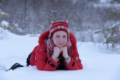 Adolescente feliz en la nieve Foto de archivo