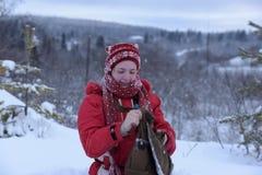 Adolescente feliz en la nieve Fotos de archivo