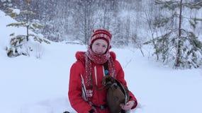 Adolescente feliz en la nieve Foto de archivo libre de regalías