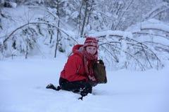 Adolescente feliz en la nieve Imagenes de archivo