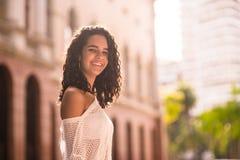 Adolescente feliz en la plaza Foto de archivo libre de regalías