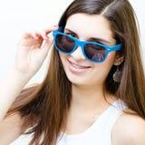 Adolescente feliz en la sonrisa divertida de las gafas de sol Foto de archivo