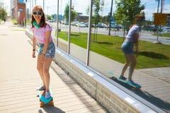 Adolescente feliz en las sombras que montan en longboard Fotografía de archivo