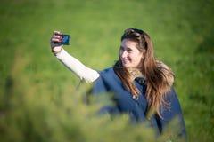 Adolescente feliz en los campos Fotografía de archivo libre de regalías