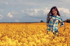 Adolescente feliz en naturaleza Imagen de archivo libre de regalías