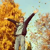 Adolescente feliz en otoño Fotos de archivo