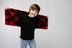Adolescente feliz en ropa de moda Imágenes de archivo libres de regalías