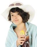 Adolescente feliz en ropa y sostener de la playa té helado Imágenes de archivo libres de regalías