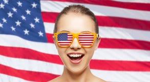 Adolescente feliz en sombras con la bandera americana Fotografía de archivo libre de regalías