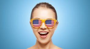 Adolescente feliz en sombras con la bandera americana Fotografía de archivo