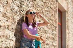 Adolescente feliz en sombras con longboard Imagen de archivo libre de regalías
