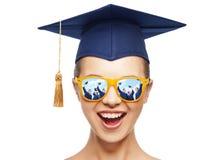 Adolescente feliz en sombras y sombrero del birrete Imagenes de archivo