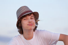 Adolescente feliz en sombrero en el campo Imágenes de archivo libres de regalías