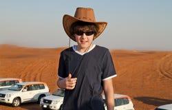 Adolescente feliz en un desierto Imagenes de archivo