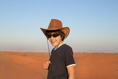 Adolescente feliz en un desierto Imagen de archivo