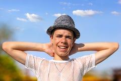 Adolescente feliz en un sombrero Imagen de archivo