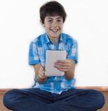 Adolescente feliz está mirando a la libreta de Digitaces Fotos de archivo libres de regalías