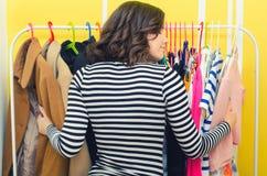 Adolescente feliz hermoso que abraza su ropa de moda Fotos de archivo