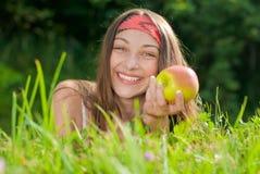 Adolescente feliz joven con la manzana Imagen de archivo