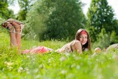 Adolescente feliz joven con la manzana al aire libre Foto de archivo libre de regalías