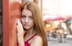 Adolescente feliz joven en lugar urbano Imágenes de archivo libres de regalías