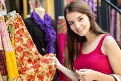 Adolescente feliz joven en lugar urbano Foto de archivo libre de regalías