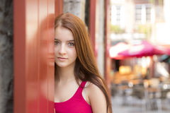 Adolescente feliz joven en lugar urbano Foto de archivo
