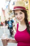 Adolescente feliz joven en lugar urbano Imagenes de archivo
