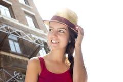 Adolescente feliz joven en lugar urbano Imagen de archivo