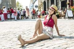 Adolescente feliz joven en lugar urbano Imagen de archivo libre de regalías