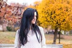 Adolescente feliz joven que se divierte en parque de la ciudad del otoño Foto de archivo libre de regalías