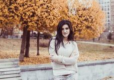 Adolescente feliz joven que se divierte en parque de la ciudad del otoño Fotografía de archivo