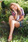 Adolescente feliz joven que usa el teléfono móvil Fotos de archivo