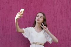 Adolescente feliz lindo que presenta para la imagen Imágenes de archivo libres de regalías