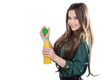 Adolescente feliz mientras que sostiene una botella de zumo de naranja en una blusa verde Aislado en un fondo blanco abre una bot Fotos de archivo libres de regalías