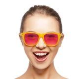 Adolescente feliz nas máscaras Fotografia de Stock